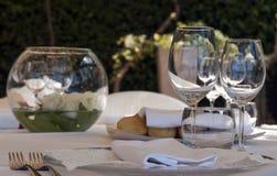 Inställning av tabellen i en restaurang Royaltyfri Foto