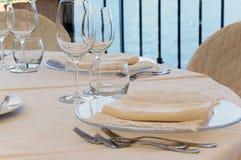 Inställning av tabellen i en restaurang Arkivbilder