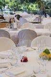 Inställning av tabeller i en restaurang Arkivbild