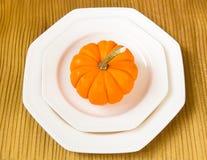 Inställning för Autumn Thanksgiving matställetabell med dekorativ pumpa Royaltyfri Bild