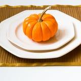 Inställning för Autumn Thanksgiving matställetabell med dekorativ pumpa Royaltyfria Foton