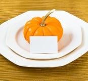 Inställning för Autumn Thanksgiving matställetabell med pumpa Arkivbilder