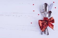Inställning för dag för valentin` s tabble med bestick Arkivbild