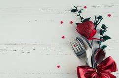 Inställning för dag för valentin` s tabble med bestick Arkivfoto