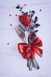 Inställning för dag för valentin` s tabble med bestick Royaltyfria Bilder