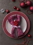 Inställning för jultabellställe med tomma gråa och röda plattor, med festliga garneringar på träbakgrund arkivbilder