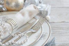 Inställning för silver- och krämjultabell royaltyfri foto