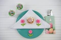 Inställning för ställe för tabell för påsk för vårtid med den chokladägg och kakan arkivbild