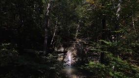 Inställning för surrantennskott till vattenfallet med simninghålet i Gelendzhik i Ryssland arkivfilmer