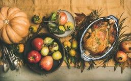 Inställning för tacksägelsematställetabell med grillad kött, grönsaker och frukt royaltyfri foto