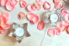 Inställning och blommor för bröllopdekortabell Arkivbild