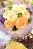 Inställning och blommor för bröllopdekortabell Arkivbilder