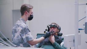 Inställning patientens av käke i den tand- kliniken stock video