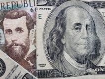 inställning till den colombianska sedeln av 5000 pesos och den brutna amerikanska sedeln av 100 dollar royaltyfria foton