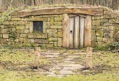 Inställning till ett Hobbit hem i träna Arkivfoto