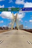 Inställning till upphängningbron i São Paulo Arkivfoto