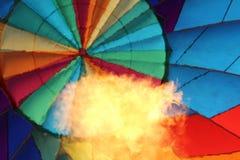 Inställning - upp ballongerna för ett morgonflyg på festivalen Royaltyfri Fotografi
