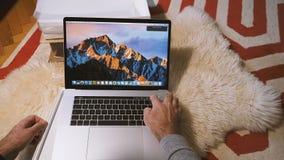 Inställning - upp den nya Apple-datorMacBook Probärbara datorn lager videofilmer