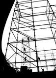 Inställning - upp ett material till byggnadsställning för en utomhus- etapp Arkivbilder