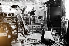 Inställning - upp gitarrljudsignal som bearbetar effekter och den elektriska gitarren Royaltyfri Bild