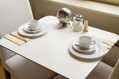 Inställningen för frukosttabellen och ordnar till för att äta Fotografering för Bildbyråer