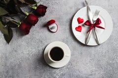 Inställningen för tabellen för matställen för valentindagen att gifta sig den romantiska mig bröllopförlovningsringen Arkivbilder