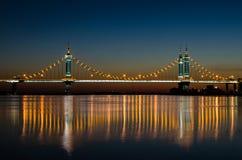 Inställningsbro på natten royaltyfri fotografi