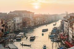 Inställningssol över Grand Canal med fartyg och gondoler i Venedig Royaltyfria Bilder