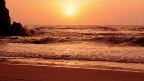 Inställningssol över havvågorna stock video