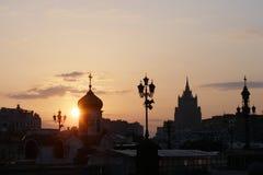 Inställningssol i Moskva, Ryssland solnedgång Fotografering för Bildbyråer