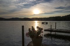 Inställningssol på sjön Royaltyfri Bild