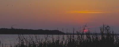 Inställningssol som beskådas från pelikanklockan på Seabrook öSC Arkivfoto