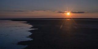 Inställningssolen över kusten av sjön Elton Royaltyfria Foton