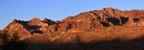 Inställningssolen som skins på bergen Royaltyfria Foton