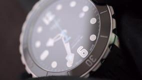 Inställningstid och datum av ett schweiziskt gjort armbandsur arkivfilmer