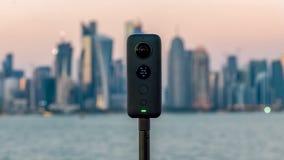 Insta360 un x caméra 360 sur un trépied avec le paysage urbain à l'arrière-plan photographie stock libre de droits