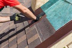 Instaalation natural da telha de telhado O trabalhador do construtor do Roofer marca a distância entre as emendas Imagem de Stock
