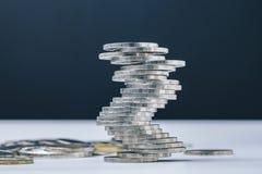 Instabila stängda som kollapsar bunten av mynt, står högt, osäkerhetnollan Royaltyfri Bild
