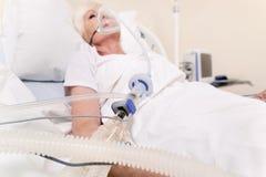 Instabile ältere Frau, die erforderlichen Sauerstoff empfängt stockbilder