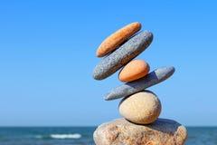 Instabiler Bau von mehrfarbigen Steinen Das gestörte Gleichgewicht Unausgeglichenheits-Konzept lizenzfreies stockbild