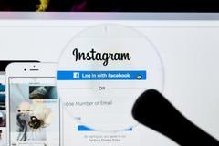 Instagram在放大镜下的主页网站 Instagram是分享一张网上流动的照片,录影分享和社会网络 库存照片