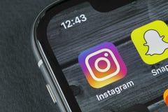 Instagram在苹果计算机iPhone x智能手机屏幕特写镜头的应用象 Instagram app象 社会媒介象 3d网络照片回报了社交 库存照片