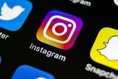 Instagram在苹果计算机iPhone x智能手机屏幕特写镜头的应用象 Instagram app象 社会媒介象 3d网络照片回报了社交 免版税库存图片