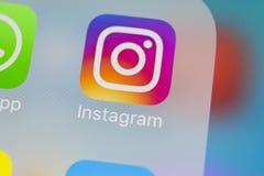 Instagram在苹果计算机iPhoneX智能手机屏幕特写镜头的应用象 Instagram app象 社会媒介象 3d网络照片回报了社交 库存照片