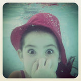 Instagram του νέου κοριτσιού που έχει τη διασκέδαση κάτω από το νερό Στοκ Εικόνες