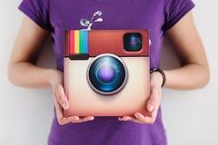 Instagram подписывает внутри руки ` s женщины Стоковые Изображения RF