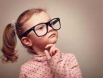 想法的逗人喜爱孩子女孩看。Instagram作用 免版税库存照片