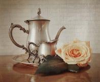Ασημένιο τσάι που τίθεται με την αναδρομική εκλεκτής ποιότητας επίδραση ύφους Instagram Στοκ Φωτογραφίες