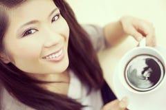 Instagram样式中国亚裔妇女饮用的茶或咖啡 免版税库存照片