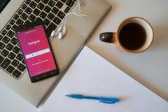 Instagram-Anwendung auf Smartphone Lizenzfreie Stockfotografie
